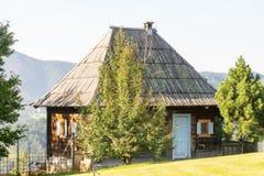Casas en las cuestas en Drvengrad Kusturica, Serbia Fotografía de archivo libre de regalías