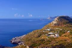 Casas en las montañas en las orillas del mar Mediterráneo Imágenes de archivo libres de regalías