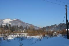 Casas en las montañas en invierno imagenes de archivo