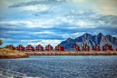 Casas en las montañas y el mar noruego Foto de archivo