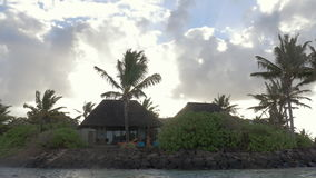 Casas en las zonas tropicales, visión desde el barco de navegación metrajes