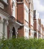 Casas en Londres - las calles/los arbustos Foto de archivo libre de regalías