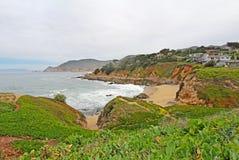 Casas en los acantilados sobre la playa de estado de Montara Imagen de archivo libre de regalías