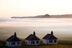 Casas en niebla gruesa imagen de archivo