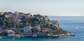 Casas en Niza en el newt de las colinas al mar Mediterráneo Foto de archivo