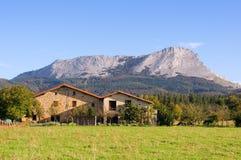 Casas en Olaeta cerca del pico de Anboto Imagen de archivo libre de regalías