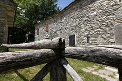 Casas en piedra y las piedras de m?rmol blancas Campocatino, Garfagnan imagen de archivo