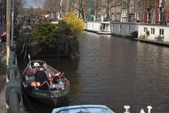 Casas en pinón típicas en la calle de Damrak en Amsterdam, Holanda, Países Bajos Fotografía de archivo libre de regalías