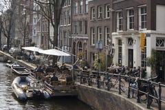 Casas en pinón típicas en la calle de Damrak en Amsterdam, Holanda, Países Bajos Foto de archivo