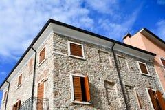 Casas en San Zeno di Montagna, Italia imagen de archivo libre de regalías