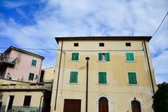 Casas en San Zeno di Montagna, Italia imágenes de archivo libres de regalías