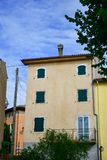 Casas en San Zeno di Montagna, Italia imagen de archivo