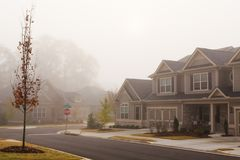 Casas en un día de niebla Imagen de archivo