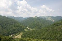 Casas en un valle verde Imágenes de archivo libres de regalías