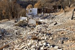 Casas en una colina destruida por el fuego Fotos de archivo
