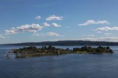 Casas en una isla en el fiordo de Oslo Fotografía de archivo libre de regalías