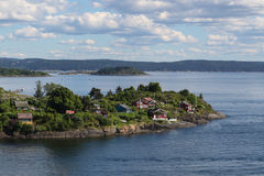 Casas en una isla en el fiordo de Oslo Fotografía de archivo