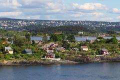 Casas en una isla en el fiordo de Oslo Imagenes de archivo