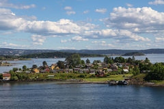 Casas en una isla en el fiordo de Oslo Fotos de archivo