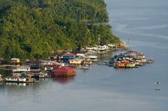 Casas en una isla en el lago Sentani Fotos de archivo libres de regalías