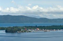 Casas en una isla en el lago Sentani Foto de archivo libre de regalías