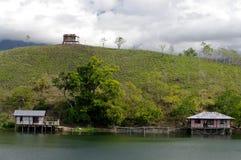 Casas en una isla en el lago Sentani Fotos de archivo