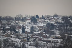 Casas en una ladera cubierta en nieve imágenes de archivo libres de regalías