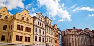 Casas en una plaza en Praga Imagen de archivo