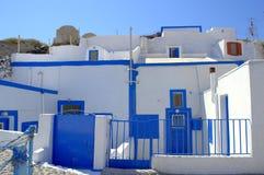 Casas encantadoras de la cueva, isla de Thirassia, Grecia Fotos de archivo libres de regalías