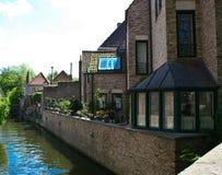 Casas encantadoras en los canales en Brujas vieja, Bélgica Foto de archivo libre de regalías