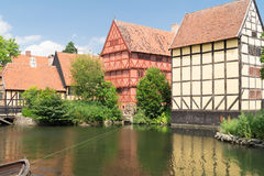 Casas enmaderadas mitad reflejadas en el lago Foto de archivo libre de regalías