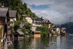 Casas ensolaradas brilhantes em Hallstatt, Áustria Foto de Stock Royalty Free