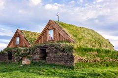 Casas escandinavas do norte tradicionais com relvado e grama, horas de verão em Islândia imagens de stock