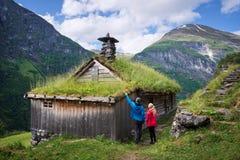 Casas escandinavas do relvado perto do fiorde de Geiranger, Noruega foto de stock royalty free