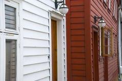 Casas escandinavas vermelhas e brancas em Noruega Foto de Stock