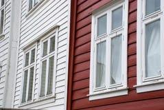 Casas escandinavas vermelhas e brancas em Noruega Fotografia de Stock Royalty Free