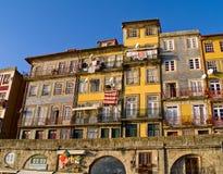 Casas estrechas típicas de Oporto Foto de archivo
