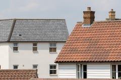 Casas familiares suburbanas contemporâneas A escada e o modo da propriedade foto de stock royalty free