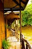 Casas flotantes del hotel en el río de Kwai. Foto de archivo libre de regalías