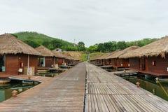 Casas flotantes en centro turístico en Karnjanaburi, Tailandia/flotación imagenes de archivo