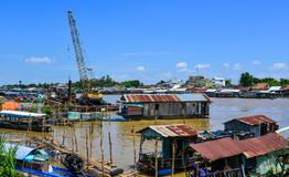 Casas flotantes en Chau doc., Vietnam foto de archivo libre de regalías