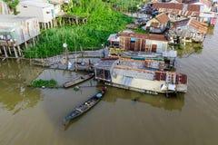 Casas flotantes en Chau doc., Vietnam imagenes de archivo