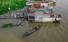 Casas flotantes en Chau doc., Vietnam fotografía de archivo