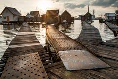 Casas flotantes en el lago Bokod Fotos de archivo