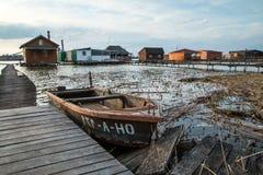 Casas flotantes en el lago Bokod Fotografía de archivo libre de regalías