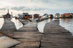 Casas flotantes en el lago Bokod Foto de archivo