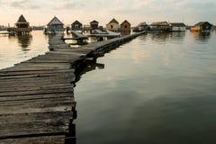 Casas flotantes en el lago Bokod Imágenes de archivo libres de regalías