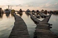 Casas flotantes en el lago Bokod Fotos de archivo libres de regalías