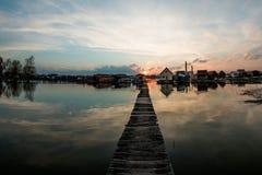 Casas flotantes en el lago Bokod Imagen de archivo