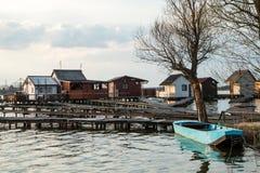Casas flotantes en el lago Bokod Imagen de archivo libre de regalías